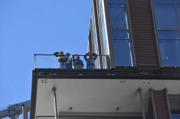 Paralarını alamayan işçiler 30'uncu katta eylem yaptı