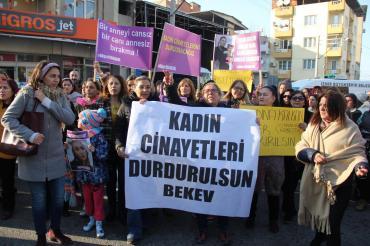 Buca'da eski eşi tarafından katledilen Büşra Yabaşkul'u kadınlar uğurladı