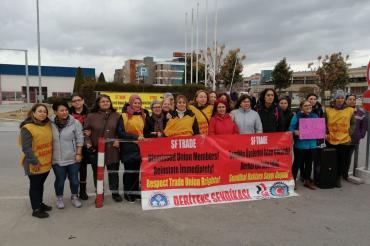 İzmir Kadın Platformu, SF Tekstil'de işten atılan kadın işçileri ziyaret etti