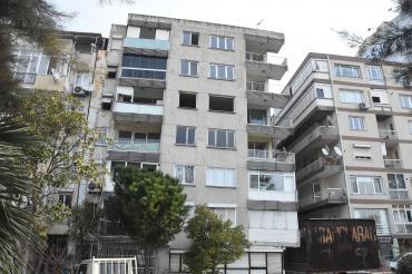 İzmir'de depreme dayanıksız olduğu için boşaltılan eğik binalar yıkılmayı bekliyor
