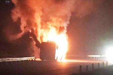 İzmir'de seyir halindeki işçi servisi yandı