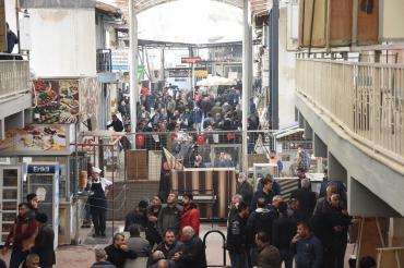 İzmir Nakliyeciler Sitesi'ndeki kalabalık koronavirüs tedirginliğine neden oluyor