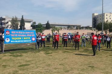 İzmir'de iş yerlerinde örgütlü sendikalar işçilerle 1 Mayıs'ı kutladı