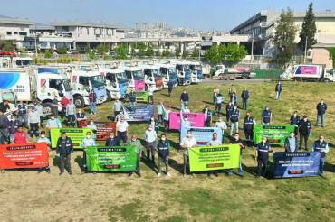 Buca'da temizlik işçileri, araçlarındaki 1 Mayıs pankartlarıyla sokakları geziyor