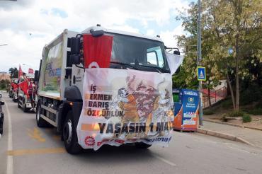 İzmir'de temizlik işçilerinin çalışırken 1 Mayıs'ı kutlamalarına polis engel oldu