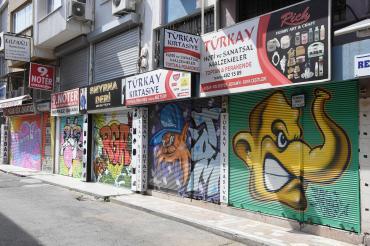 İzmir'de kepenkler kapandı, grafitiler ortaya çıktı