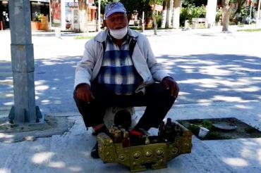 83 yaşındaki Kadir Kayak, sokağa çıkabildiği 4 saati boya sandığının başında geçirdi