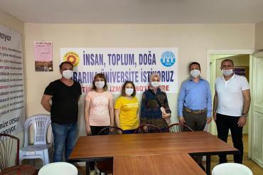 İşten atılan SF tekstil işçileri KESK İzmir Şubeler Platformunu ziyaret etti