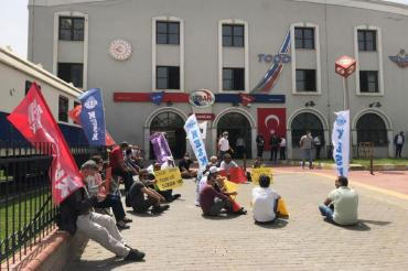 İzmir'de BTS üyeleri sürgünlere karşı oturma eylemi yaptı