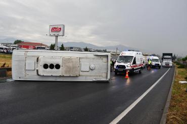 İzmir'de tarım işçilerini taşıyan minibüs devrildi: 5 yaralı