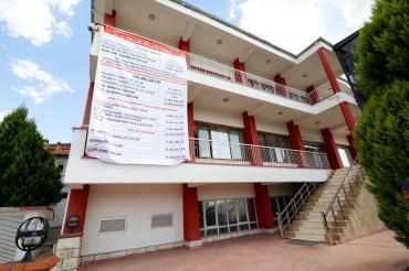 Honaz Belediyesi bir yıllık bilançosunu belediye binasına astı