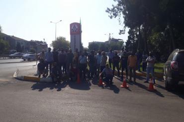 Denizli'de taşeron karayolu işçileri ücret ödemelerindeki sorun nedeniyle iş bıraktı