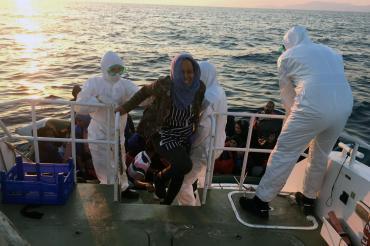 İzmir'de bir geminin hava almayan depo bölümünde 276 mülteci bulundu