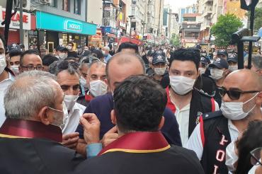 """İzmir'de """"Paralel baroya hayır"""" diyen avukatların yürüyüşüne polis engeli"""