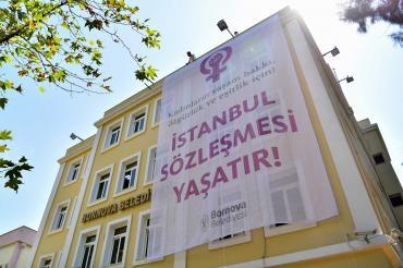 """Bornova ve Selçuk belediyeleri """"İstanbul Sözleşmesi yaşatır"""" pankartları astı"""