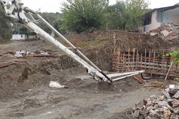 Muğla'da beton pompasının kolunun altında kalan işçi hayatını kaybetti