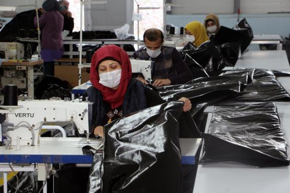 Fabrikada vakalar artınca işçiler evden yemek getirmeye başladı