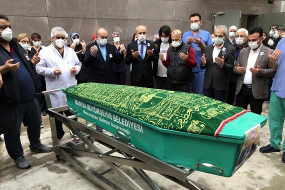 Kovid-19 nedeniyle yaşamını yitiren sağlık memuru için hastanede tören düzenlendi