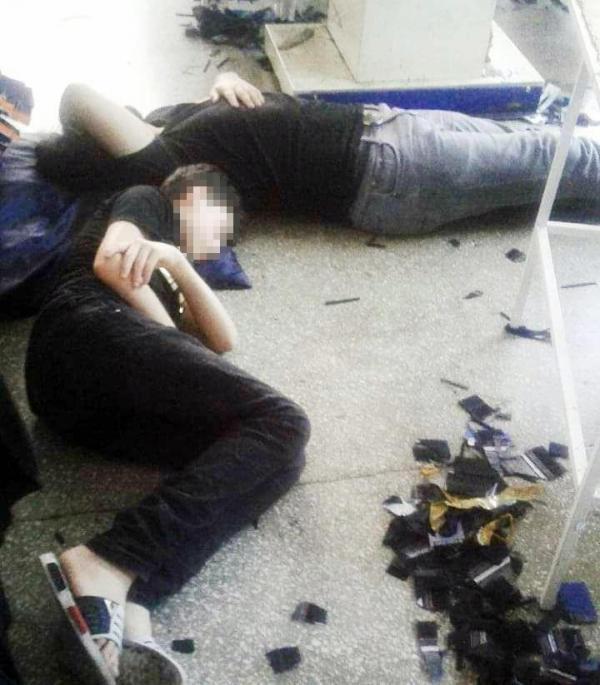 Suriyeli mülteciler Ahmet ve İbrahim, öğle arası atölyede yatarak dinleniyor.