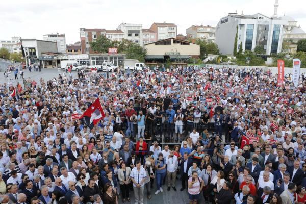 CHP'nin 80 il başkanı, İstanbul İl Başkanı Canan Kaftancıoğlu'na destek için Adliye önünde açıklama yaptı.