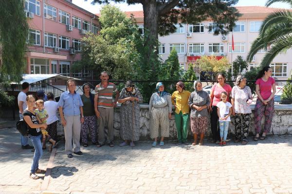 Mahalleliler Kaymakam'la görüşmek üzere Kaymakamlık binasına gitti.