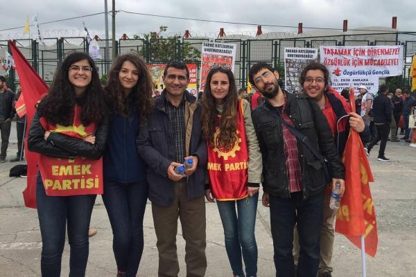 Metin İlgün, Emek Partisi üyesi gençlerle birlikte
