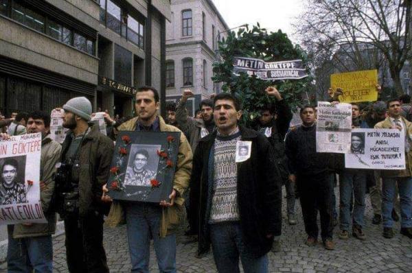 Metin İlgün, Metin Göktepe'nin polislerce öldürülmesinin ardından Ahmet Şık'la beraber eylemde