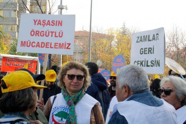 'Zamlar geri alınsın' ve 'Yaşasın örgütlü mücadelemiz' yazılı dövizler taşıyan eğitim emekçileri