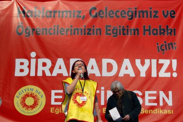 Eğitim Sen Genel Başkanı Feray Aytekin Aydoğan 'Haklarımız, Geleceğimiz ve Öğrencilerimizin Eğitim Hakkı İçin Buradayız' yazılı pankart önünde miting konuşmasını yaparken