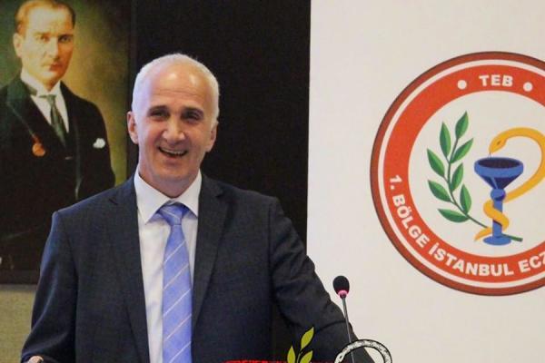 İstanbul Eczacı Odası Başkanı Cenap Sarıalioğlu kürsüde konuşuyor.
