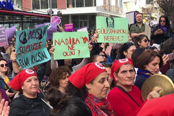 Ankara'da kadınlar taleplerinin yazılı olduğu pankartlarla alanda