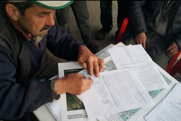 Dilekçe imzalayan köylü