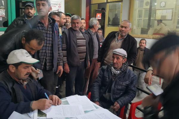 Dilekçe imzalayan köylüler
