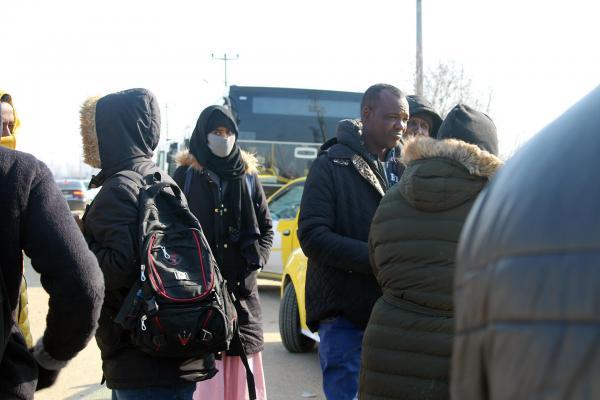 Sınırda bekleyen mülteciler