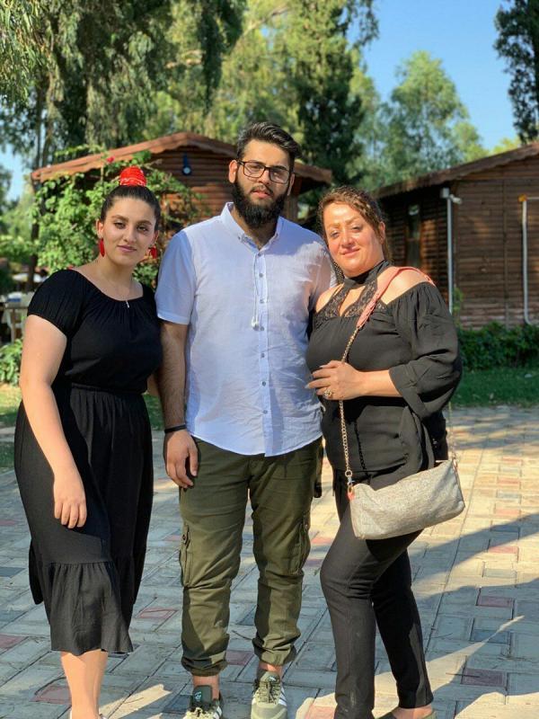 Mohammad Torabi'nin kızı, oğlu ve eşi.