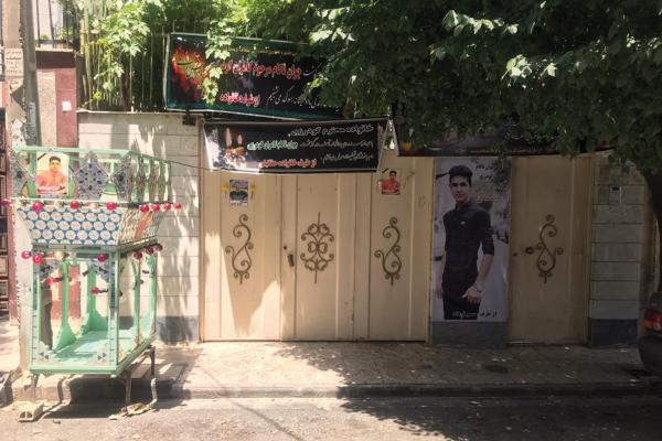 Kamran Goodarzi'nin fotoğrafının olduğu pankart