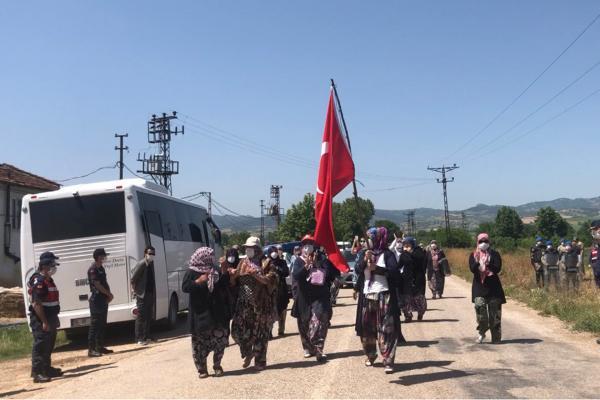 Bursa Kirazlıyayla köylüleri, yaşam alanlarını gasbetmek isteyen maden şirketine karşı jandarma engelini aşarak eylemlerini gerçekleştirdi.