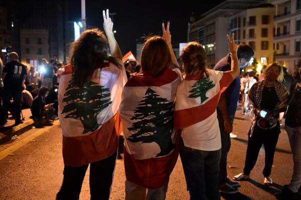 Lübnan bayrağına sarılı 3 kadın zafer işareti yapıyor