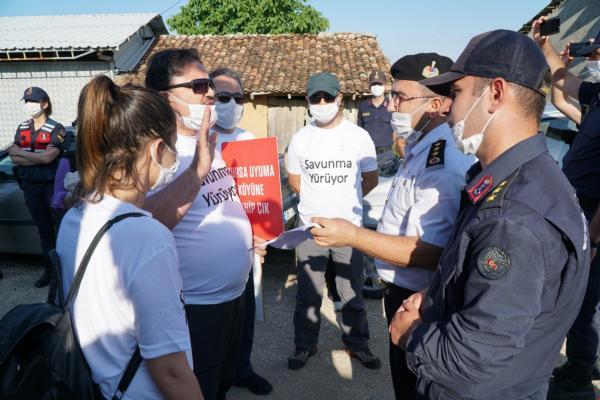 Ankara'ya yürüyen Bursa Barosu Başkanı ve üyelerinin madene karşı direnen Kirazlıyayla köylülerini ziyareti, jandarma tarafından engellenmek istendi.