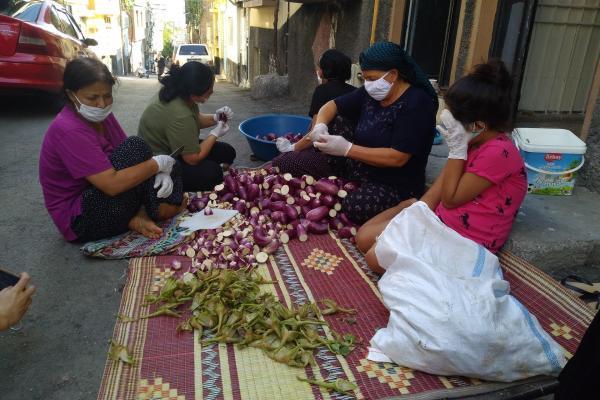 Sokakta patlıcan soyan kadınlar.
