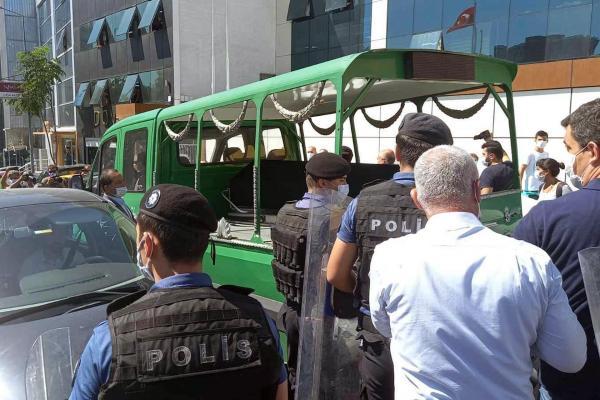 Ebru Timtik'in cenazesi ve polisler