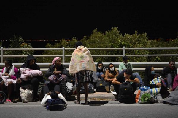 Moria mülteci kampında çıkan yangından kaçan mülteciler