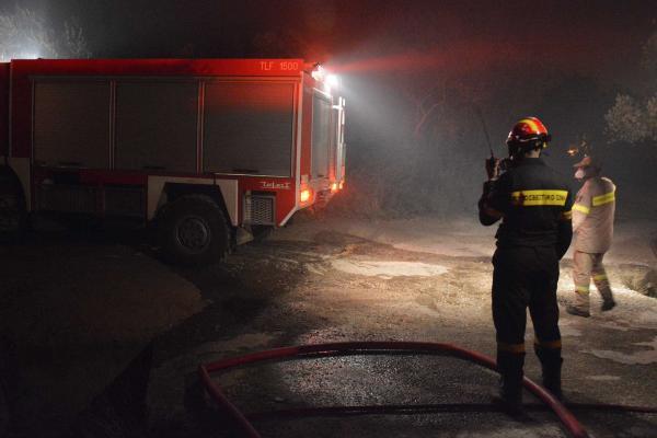 Moria mülteci kampında çıkan yangına müdahale eden itfaiyeciler