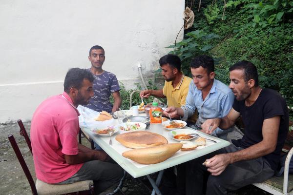 Tarım işçileri yemek yerken