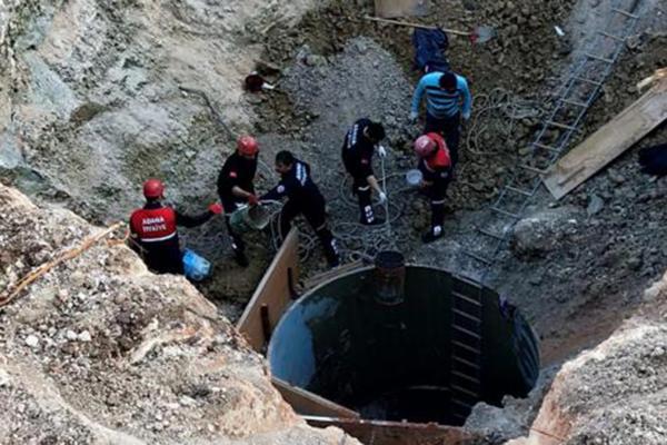 Toprak yığını arasında arama kurtarma çalışması yapan ekipler