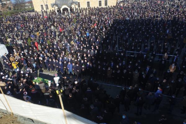 Kovid-19 dan ölen Nuri Genç'in cenazesine katılım yoğun oldu