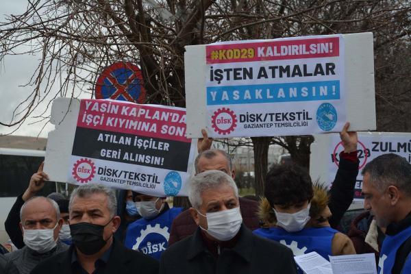 Antep'te Yasin Kaplan Halı'da Kod-29 ile işten atılan DİSK Tekstil üyesi işçiler fabrika önünde açıklama yaptı