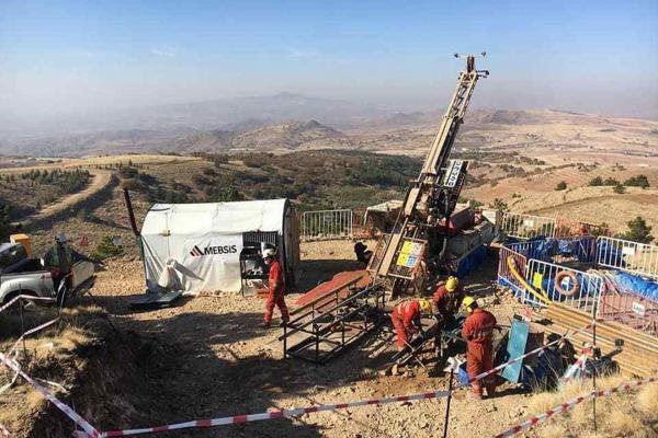 Özkonak'taki madenn sahası ve çalışan işçiler
