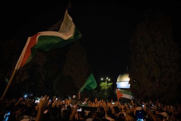 Gazze'de sokağa çıkan Filistinliler
