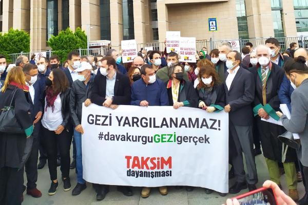 Gezi Davası öncesi Taksim Dayanışmasının adliye önündeki açıklaması